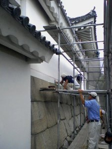 This was my first job site in Kyoto -- the perimeter walls of Nijo Castle, a World Heritage Site.  Shikkui Asahara had a 12-man crew applying the finish shikkui lime plaster to the solid, thick earthen walls that sit atop boulders making up the walls that rise out of the mote.  This crew's sites are very unique, and very informed, training grounds for Japan's tradition of plastering.